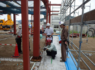Ishinomaki-Higashi Nursery School under construction. September 2013 Construction work to assemble the steel frame.
