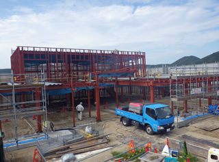 Ishinomaki-Higashi Nursery School under construction. September 2013 Construction work to assemble the steel frame. Assembling the completion of the main frame.